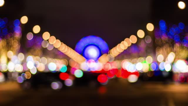 vídeos y material grabado en eventos de stock de panorama de rueda borrosa de francia parís iluminada de noche famoso tráfico campos elíseos 4k lapso de tiempo - señalización vial