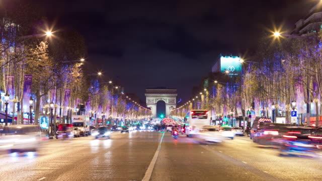 Francia París iluminada la noche tráfico Campos Elíseos arco de triunfo panorama 4k lapso de tiempo - vídeo