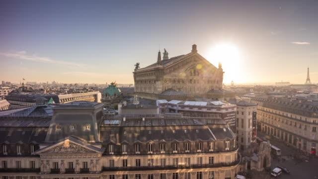 フランス パリ日没ライト ギャラリー ・ ラファイエット都市景観パレ ・ ガルニエの屋上パノラマ 4 k の時間経過 - オペラ点の映像素材/bロール