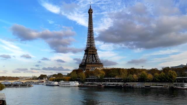 フランス、パリ、セーヌ川、エッフェル塔の秋の色 - はしけ点の映像素材/bロール