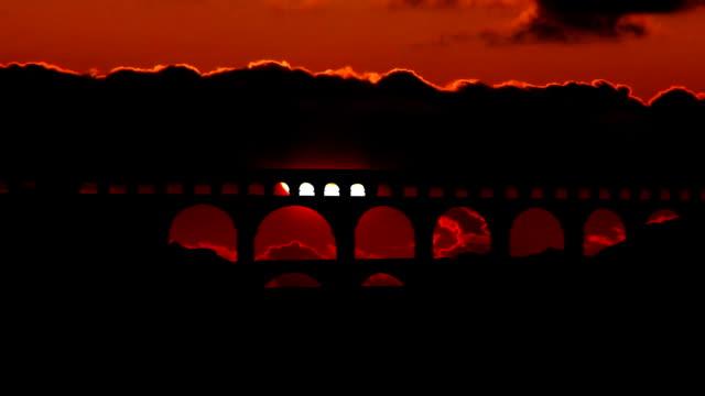 stockvideo's en b-roll-footage met france pont du gard sunset - pont du gard