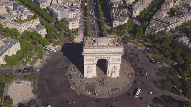 stockvideo's en b-roll-footage met frankrijk zonnige zomerdag parijs stad beroemde boog de triumph luchtfoto panorama 4k time-lapse - boog architectonisch element