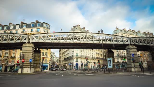 frankrike solnedgång sky paris berömda tunnelbanelinjen dupleix block crossroad panorama 4k tidsfördröjning - walking home sunset street bildbanksvideor och videomaterial från bakom kulisserna