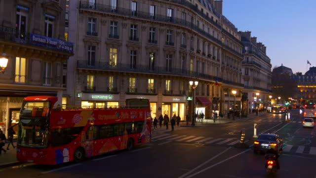 vídeos de stock, filmes e b-roll de iluminação-sol tempo de frança panorama de rua pov de carona para ônibus de dois andares famosa paris 4k - característica arquitetônica