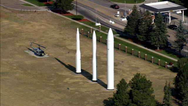 francis e warren air force base (stratejik füze üssü) - havadan görünümü - wyoming, laramie county, amerika birleşik devletleri - fransa kralı i. fransuva stok videoları ve detay görüntü çekimi