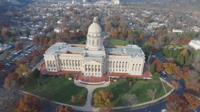 frankfort kentucky capitol aerial 3 - capitello video stock e b–roll