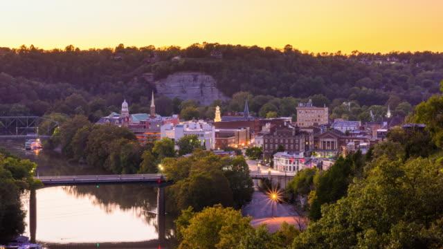 frankfort , kentucky, skyline della città degli stati uniti sul fiume kentucky - monti appalachi video stock e b–roll