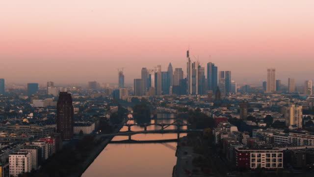 Frankfurt EZB Skyline Luftaufnahme in frühen Sonnenaufgang spiegelnden Sonne – Video