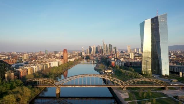 colpo di drone skyline della città finanziaria di francoforte - francoforte sul meno video stock e b–roll