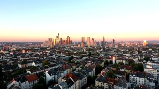 vídeos de stock e filmes b-roll de frankfurt germany downtown district skyline at dawn - céu claro