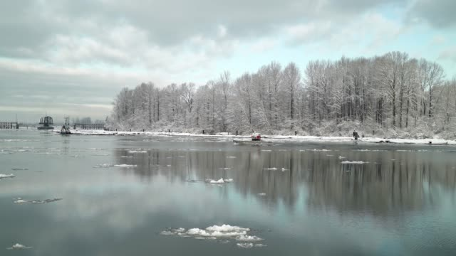 fraser river boats and ice. 4k. uhd - fiume fraser video stock e b–roll