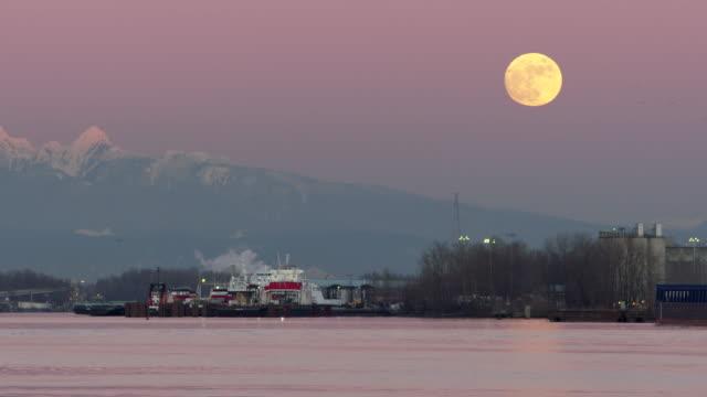 vídeos de stock e filmes b-roll de fraser river british columbia moonrise 4k uhd - montanha costeira