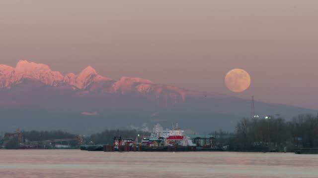vídeos de stock e filmes b-roll de fraser river coast mountains moonrise 4k uhd - montanha costeira