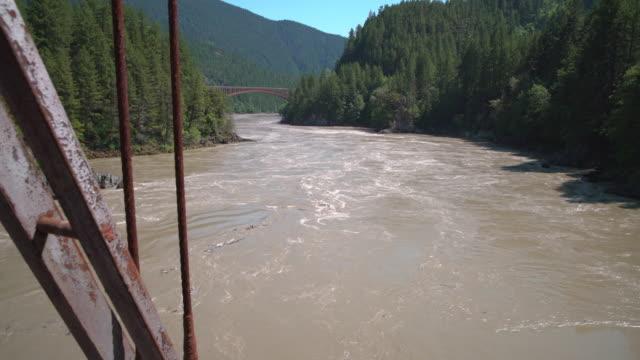vídeos de stock e filmes b-roll de fraser river from the historic alexandra bridge 4k uhd - montanha costeira