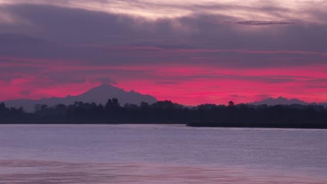 fraser river, mt. baker sunrise 4k. uhd - fiume fraser video stock e b–roll