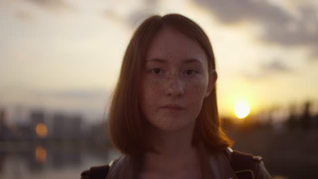 adolescente lentigginosa al tramonto - capelli rossi video stock e b–roll