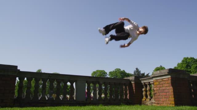 kostenlose läufer tun flips an der wand - stuntman stock-videos und b-roll-filmmaterial