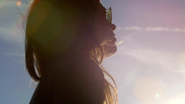 bezpłatne kobieta patrzy słońca: zwolnione tempo nagrania - część ciała zwierzęcia filmów i materiałów b-roll