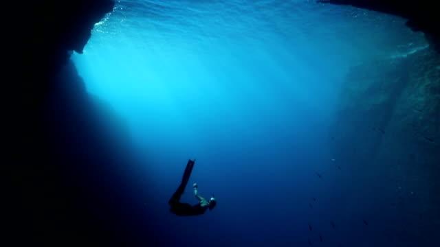 freediver tauchen in das blaue wasser - tauchen stock-videos und b-roll-filmmaterial