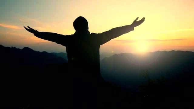 özgürlük dağlarında - başarı stok videoları ve detay görüntü çekimi