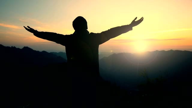 freedom in mountains - достижение стоковые видео и кадры b-roll