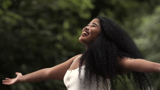 vídeos de stock e filmes b-roll de freedom in nature - cabelo preto