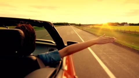 libertà sull'autostrada di vita. - idea video stock e b–roll