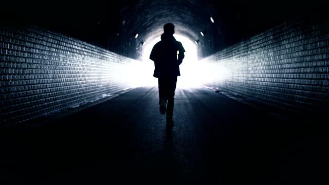 暗いトンネルで走る自由 - 日常から抜け出す点の映像素材/bロール
