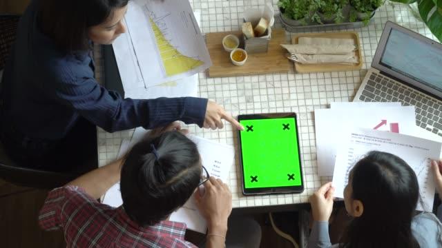 タブレット グリーン スクリーン上面と働くフリーランスの人々 ビデオ