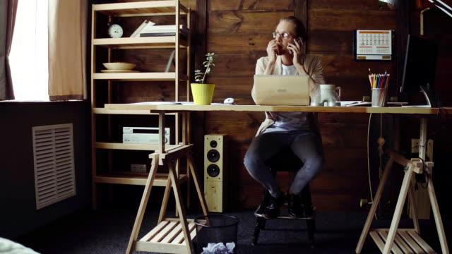 stockvideo's en b-roll-footage met freelancer werknemer maken project - ver