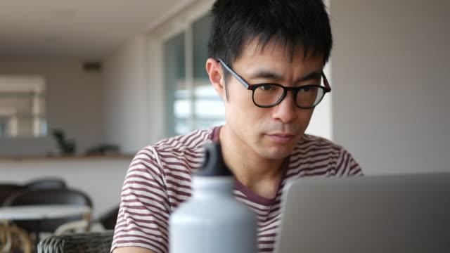 vídeos y material grabado en eventos de stock de freelancer trabajando de forma remota - trabajo freelance