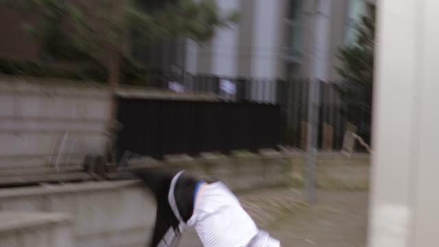 freerunner training in der stadt - stuntman stock-videos und b-roll-filmmaterial