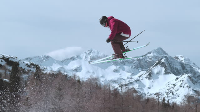 slo mo ts freestyle skier doing a twist while airborne - sci freestyle video stock e b–roll