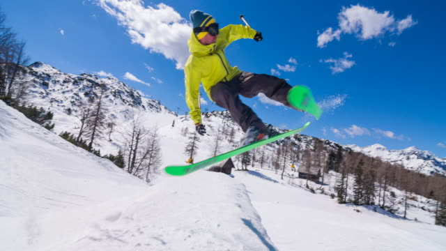 sciatore freestyle salto acrobatico spettacolo - snowboarding video stock e b–roll