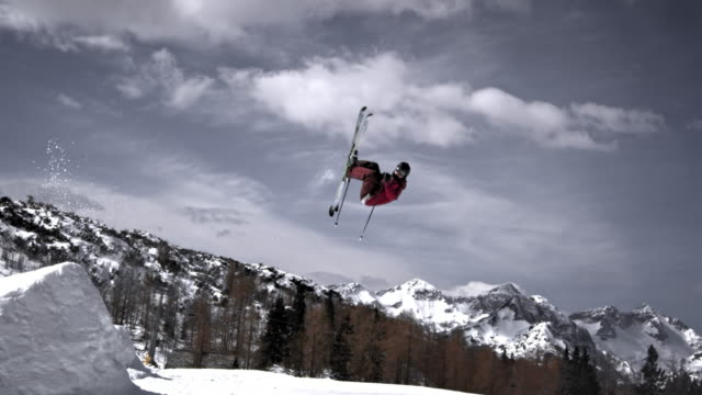 slo mo ts freestyle skiing spin trick - sci freestyle video stock e b–roll