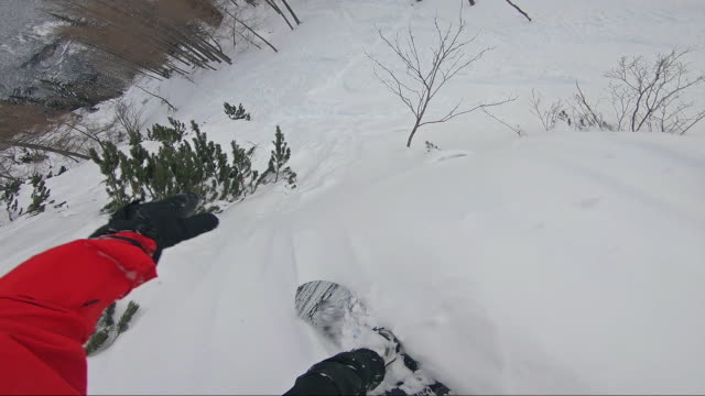 freestyle snowboarder riding powder off piste - sci freestyle video stock e b–roll