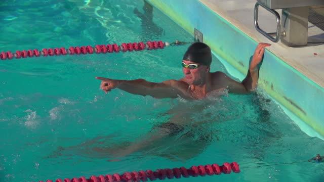 vídeos de stock e filmes b-roll de a freestyle swimmer wins and celebrates. - campeão desportivo