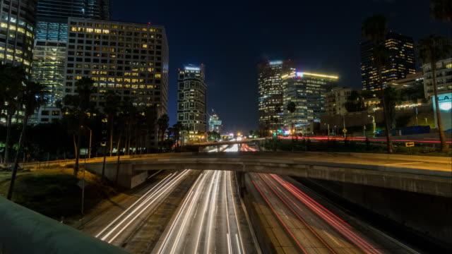 TImelapse de noche de centro de Los Angeles 110 freeway - vídeo