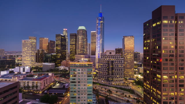 vídeos de stock e filmes b-roll de freeway in dtla from above - day to night time lapse - plano picado