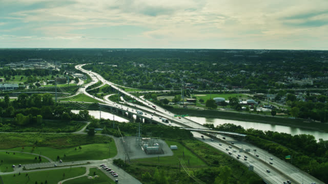 columbus, ohio'da scioto nehri üzerinde otoban kavşağı ve köprü - columbus day stok videoları ve detay görüntü çekimi