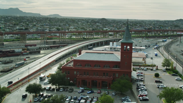 Freeways and Railroad Tracks Around El Paso Union Depot with Ciudad Juárez in Distance - Aerial View - vídeo