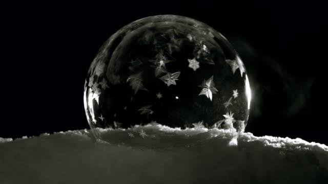buz topu kar kar kristalleri ile dondurma - donmuş su stok videoları ve detay görüntü çekimi