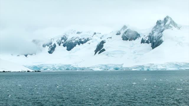厳冬コールド南極の氷に覆われた山々の高さ ビデオ