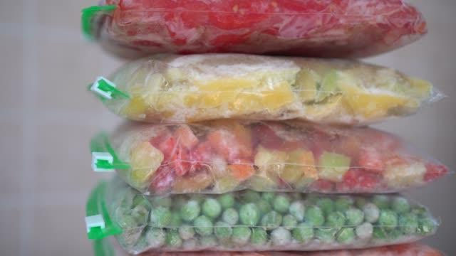 vídeos de stock e filmes b-roll de freezing of vegetables - congelador