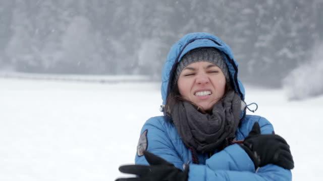 замораживание молодая женщина, потепление его руки - жакет стоковые видео и кадры b-roll