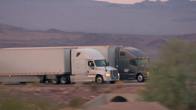 nahaufnahme : fracht sattelschlepper auto und transport von waren an geschäftigen autobahn - straßenfracht stock-videos und b-roll-filmmaterial