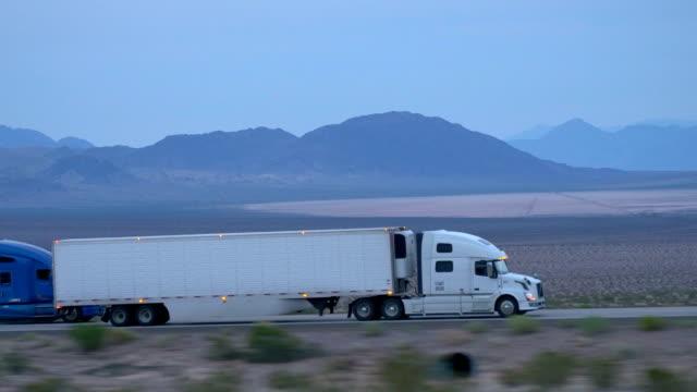 nahaufnahme : fracht sattelschlepper auto und transport von waren auf leere autobahn - straßenfracht stock-videos und b-roll-filmmaterial