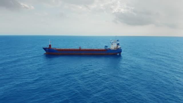Vrachtschip dat op overzees drijft. Luchtfoto video