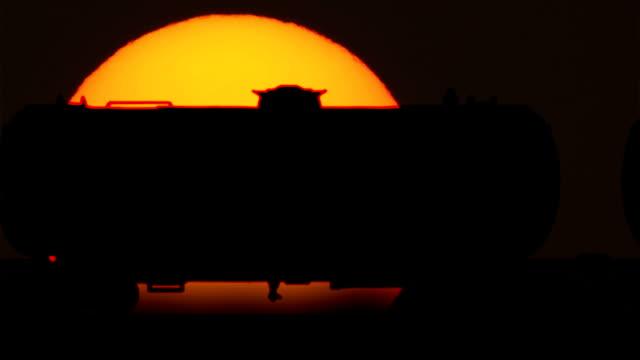 treno merci petroliere auto contro alba - nave cisterna video stock e b–roll