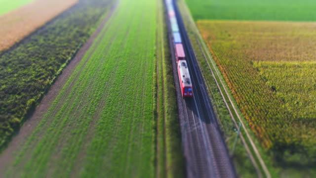 田園地帯を通過する貨物列車 ビデオ